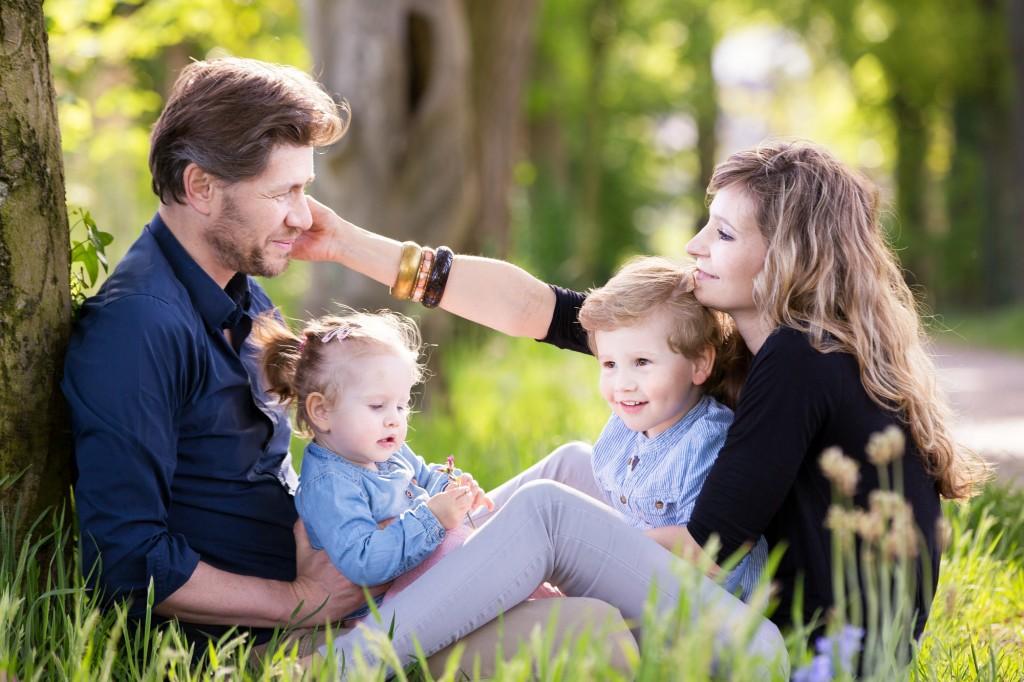 Onbevangen foto van een gezin gemaakt tijdens een fotoshoot omgeving Den Bosch Eindhoven.