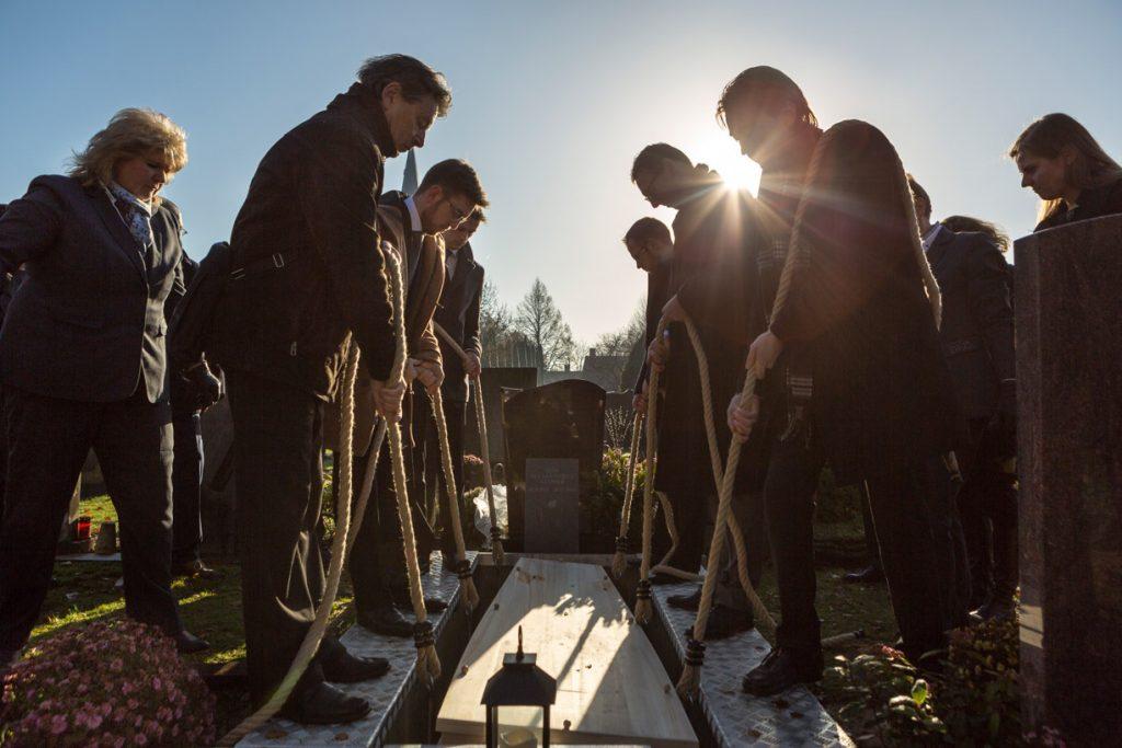 Afscheid bij begraafplaats