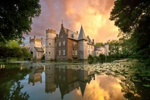 Prachtige zonsondergang foto van kasteel Stapelen in de gemeente Boxtel