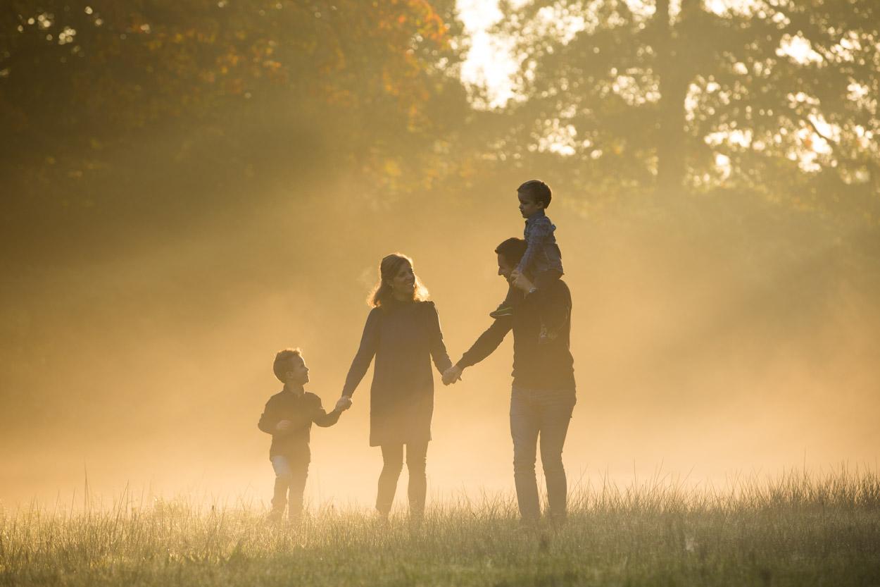 Herfst fotoshoot buiten met het gezin.