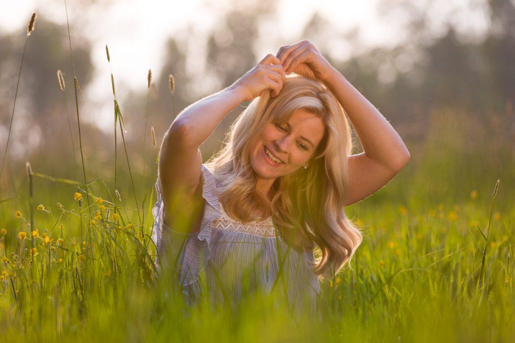 Portret fotoshoot buiten in een prachtige natuurlijke omgeving.