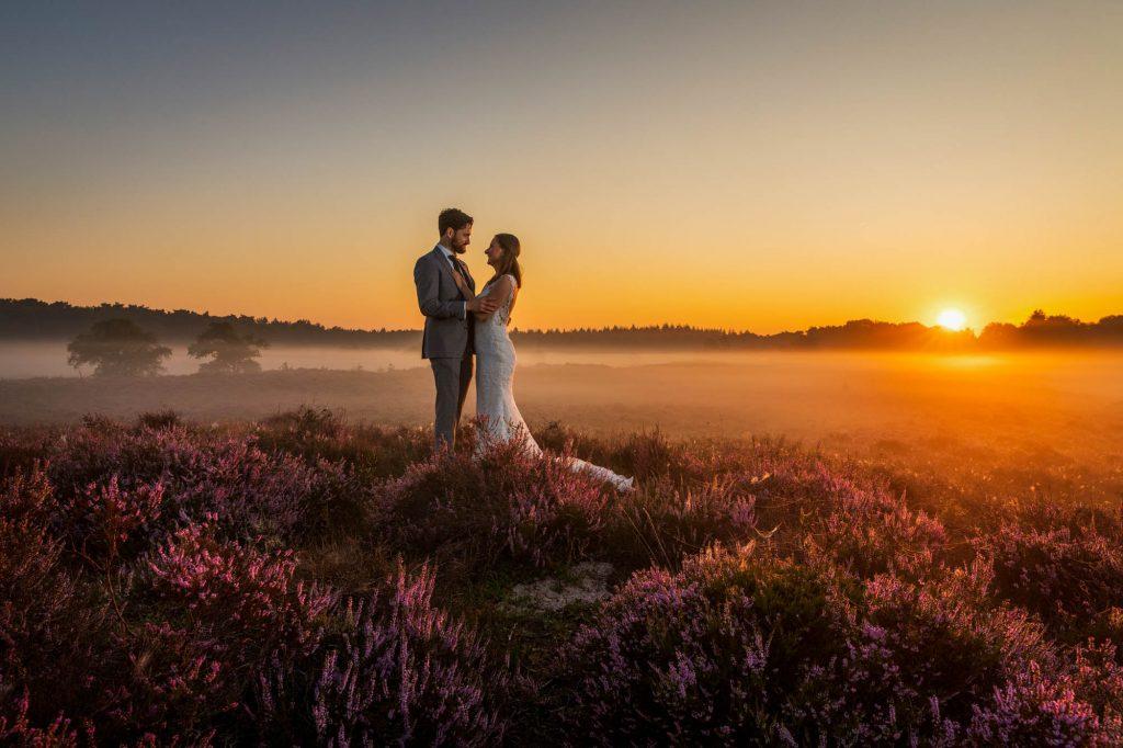 Bruiloft fotoshoot buiten op locatie in de natuur.