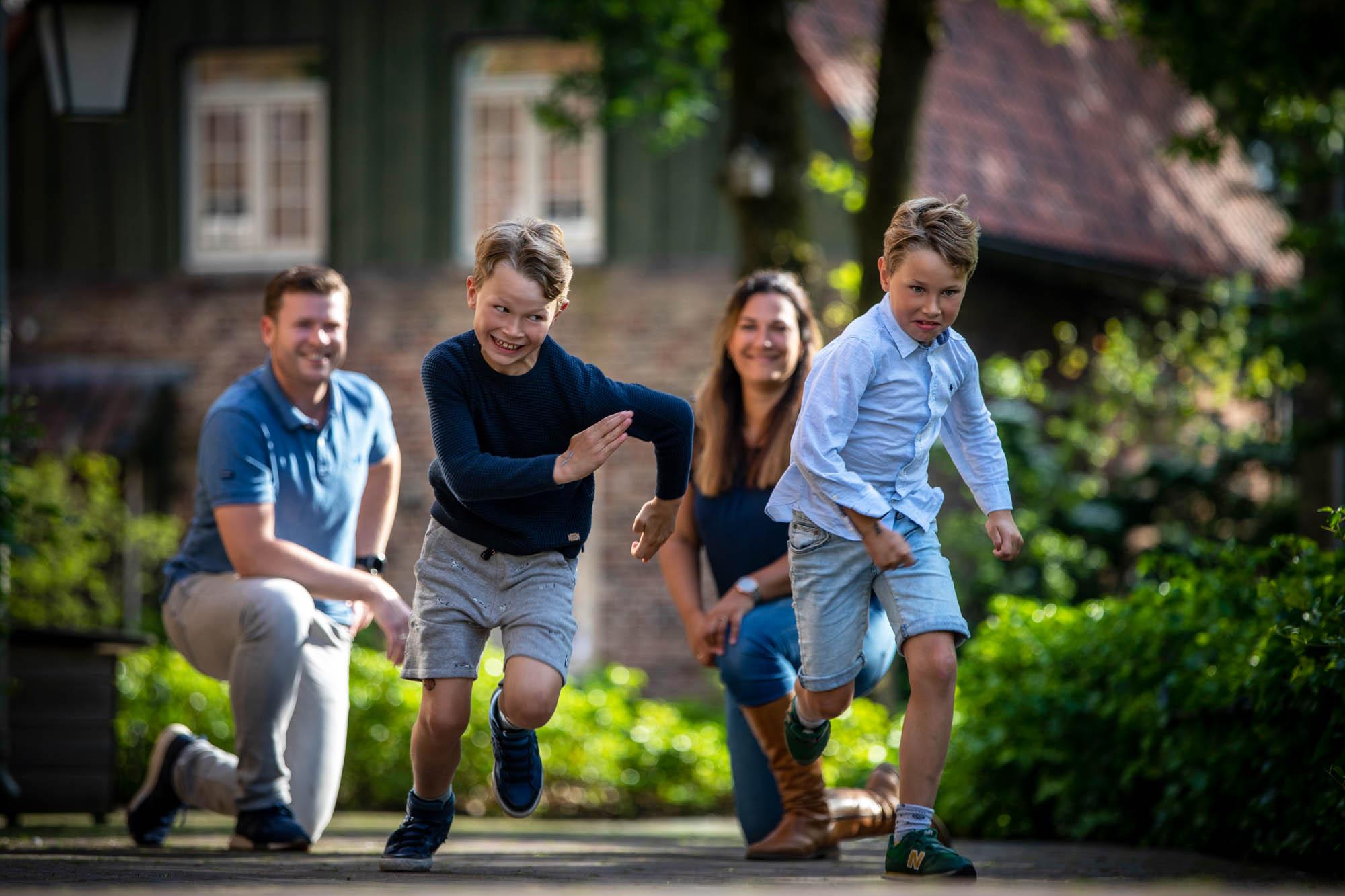Rennende kinderen in het park van Bosrijk Efteling.