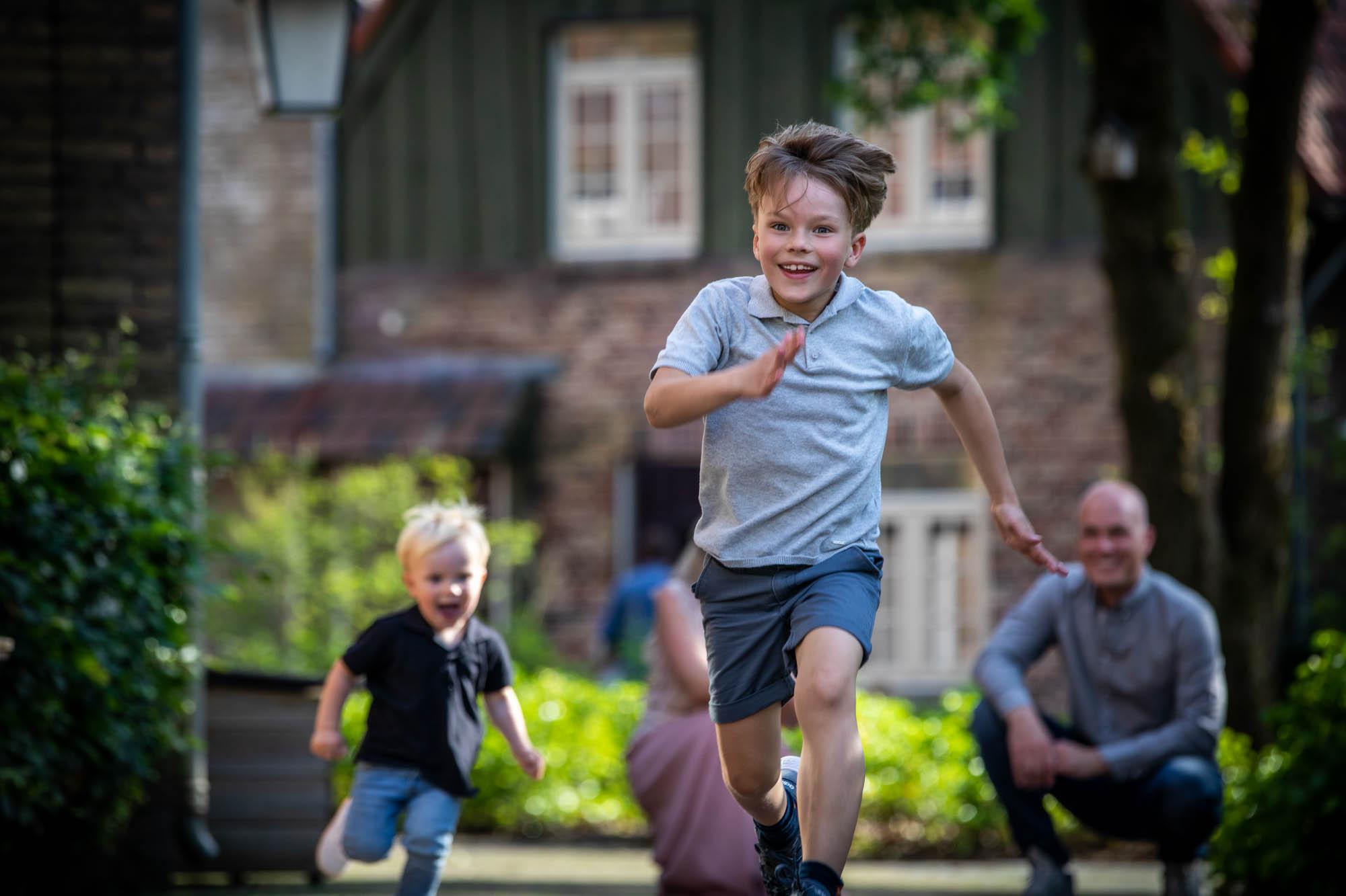 Kind dat zich mag uitleven in de Efteling tijdens een fotosessie.