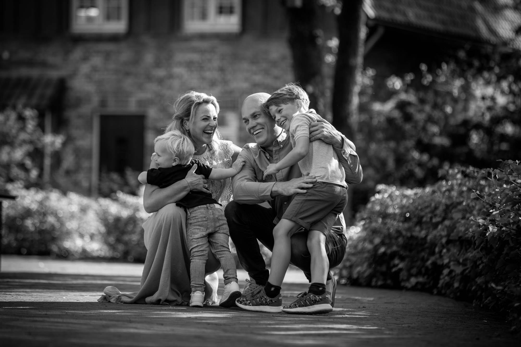 """Liefdevolle familie foto in """"Bosrijk"""" van de Efteling."""