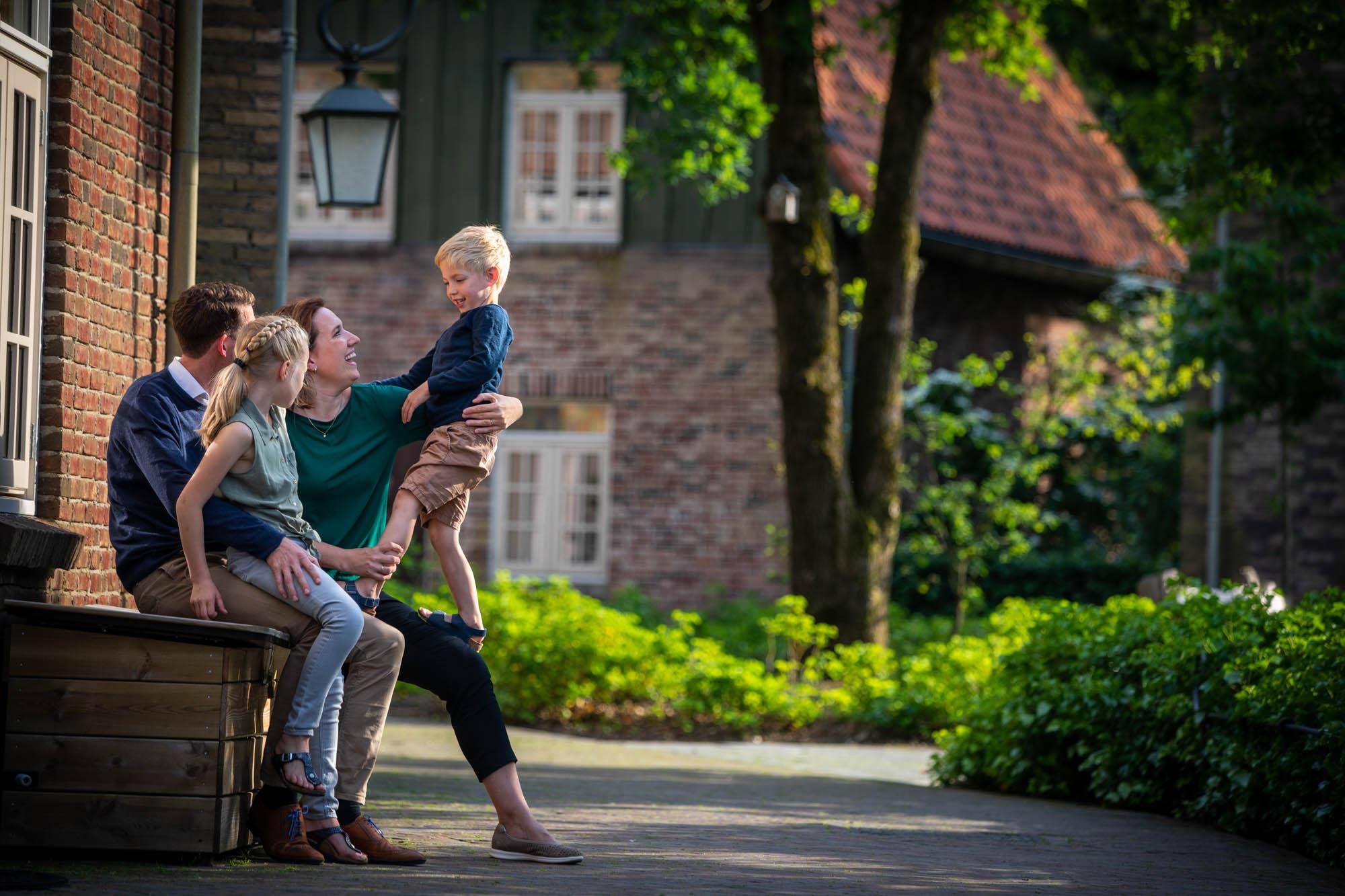 Vrolijke familie foto genomen in de Efteling.