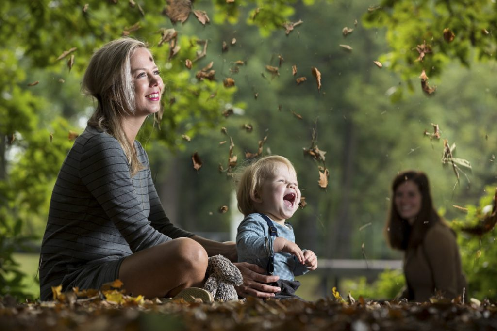 Vrolijke fotoshoot van het gezin met herfstkleuren.