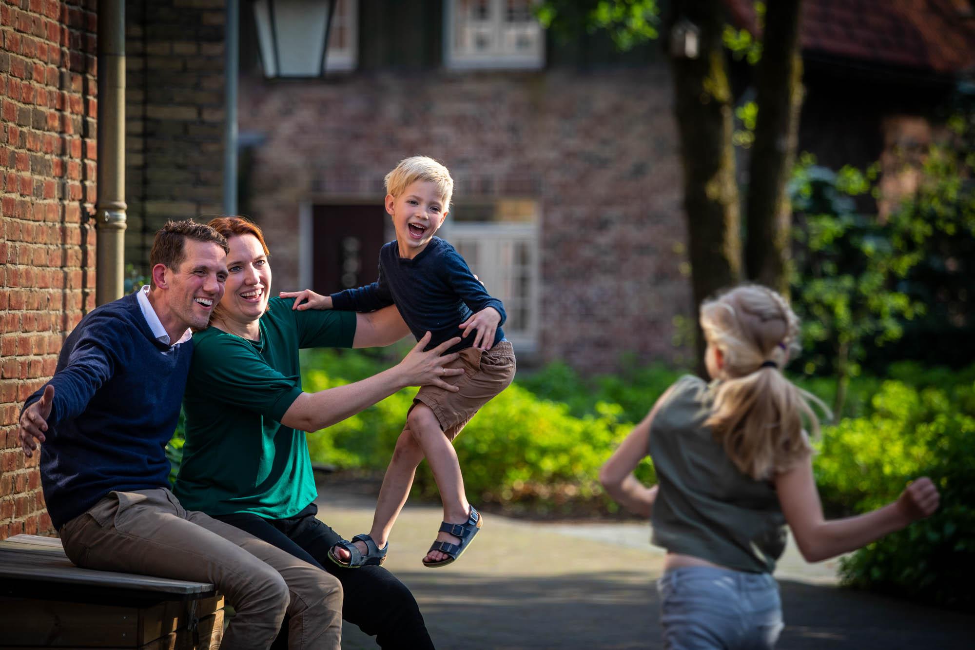 Spelende kinderen met gezin in de Efteling.