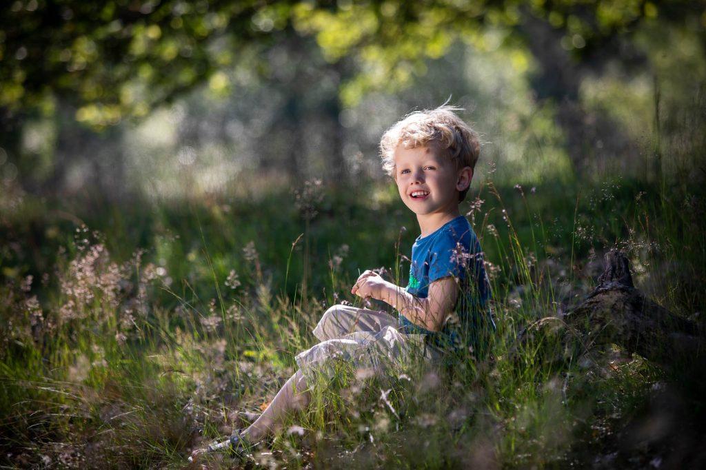 Natuurlijk portret van een kind in de natuur.
