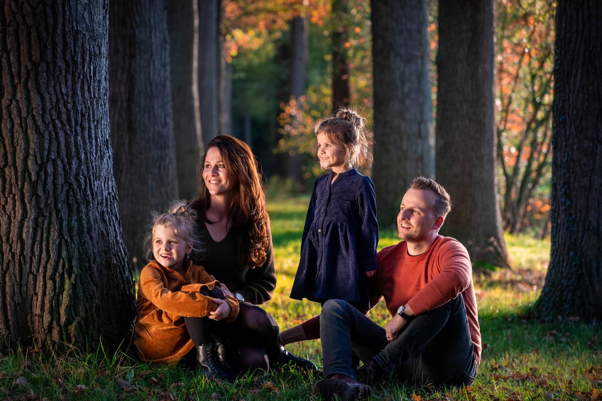 Herfst fotoshoot in de natuur met herfstkleuren.
