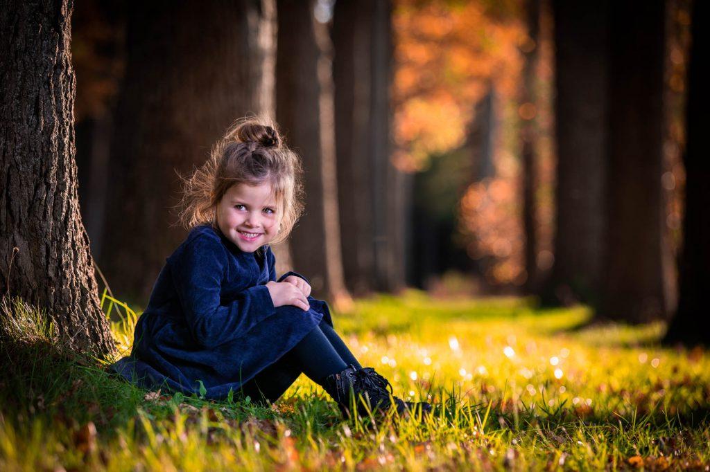 Spontane fotoshoot in de herfst buiten in de natuur.