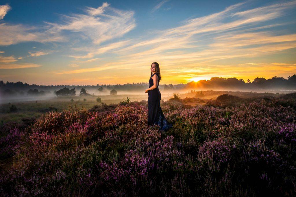 Portret fotoshoot paarse heide.